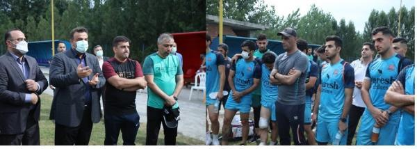 استاندارمازندران ازکمپ تمرین تیم فوتبال نساجی قائمشهردرپهنه کلا ساری ازنزدیک با بازیکنان وکادرفنی دیدارکرد